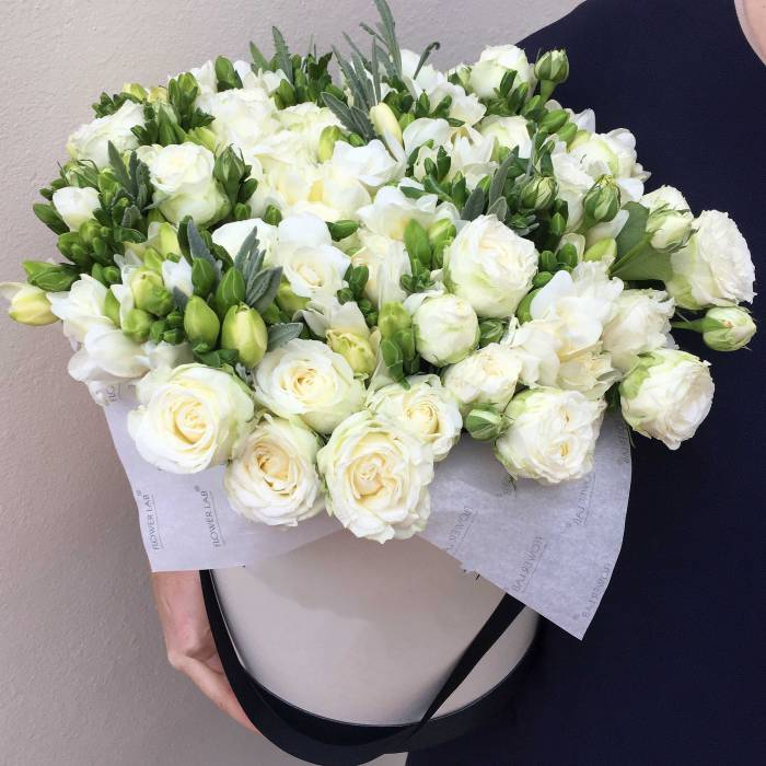 Белая фрезия и белые розы в коробке R013