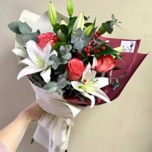 Букет лилии с розами в оформлении R1510