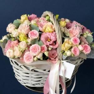Сборная нежная корзина эустома и кустовая роза R1207