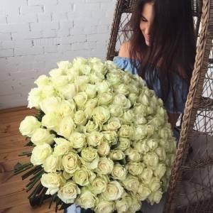 Букет 101 белая роза 70 см с лентами R428