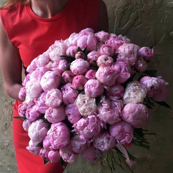 Букет 75 розовых пионов с оформлением R1094