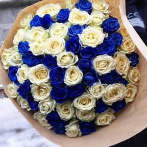 Букет 101 бело-синяя роза с упаковкой R606