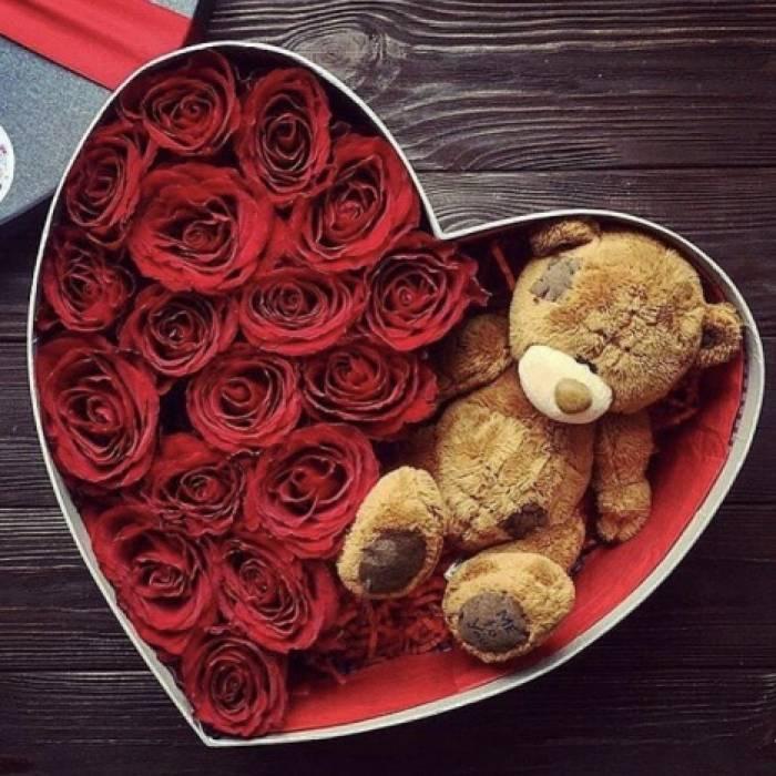 15 роз и мишка в коробке сердце R835