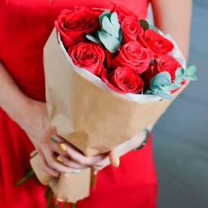 Букет 11 крупных красных роз в крафте R025