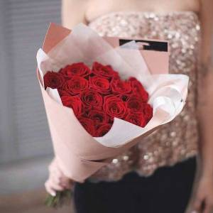 Букет 19 крупных красных роз в крафте R024