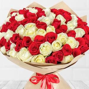Букет 51 крупная роза красные и белые в крафте R495